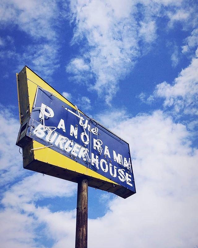 Vintage vibes & Saturday signage in #LakeCharles  #thatlacommunity #burgers #retro #vintageneon #vintagesign #fastfood #weekendvibes