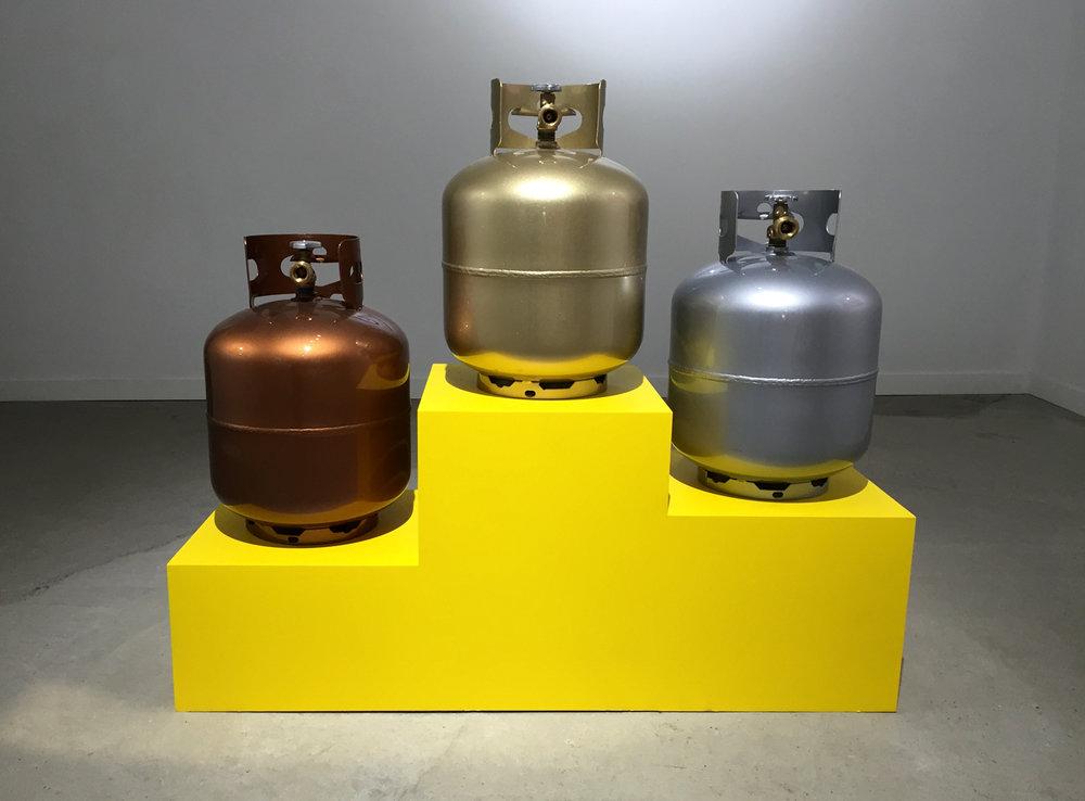 3 ronde-bosses sur podium jaune