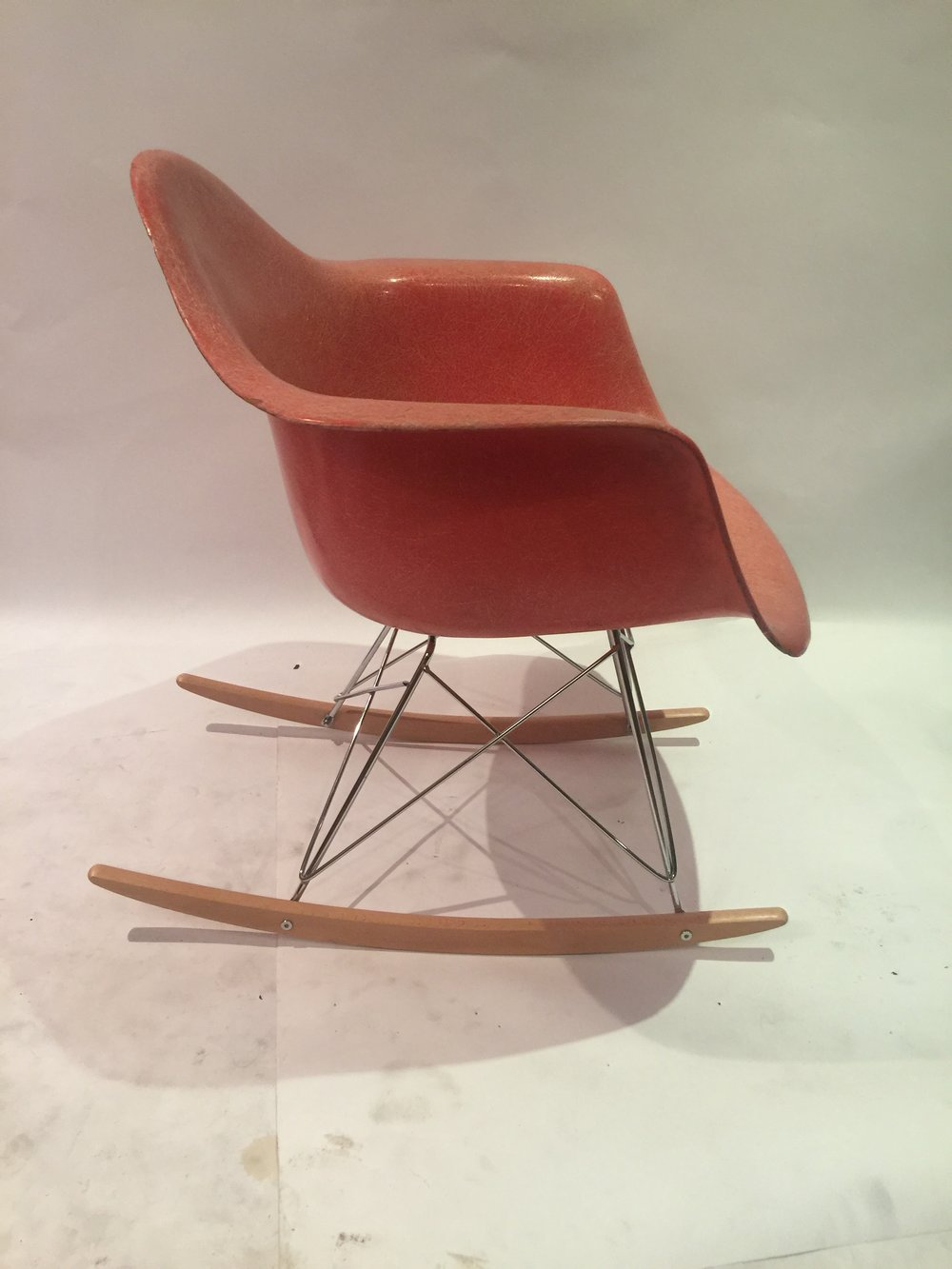 Eames rocking chair in salmon fiberglass 2.JPG