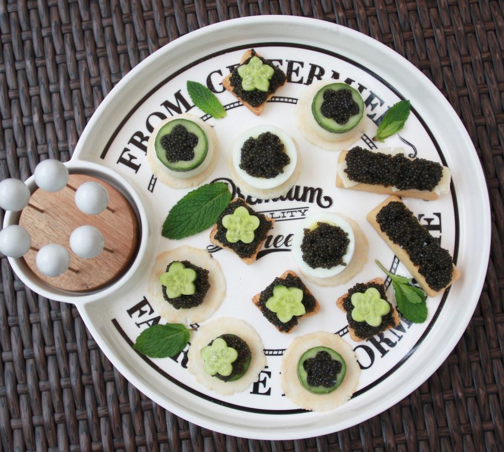 appetizers creckers caviar cucumber