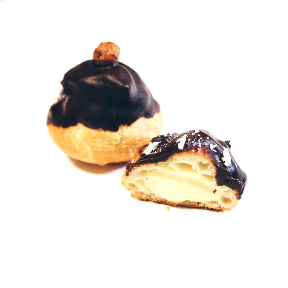 圆形的巧克力泡芙。里面的pastry cream如果用新鲜vanilla的话是可以看到一颗一颗的香草籽哦,这张图拍出来啥都看不见haha。