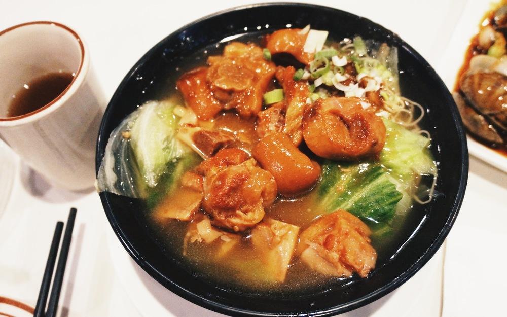 猪脚面线。广东朋友说是碱水面才好吃,所以和广东朋友分工一个吃猪脚一个吃面太完美了。