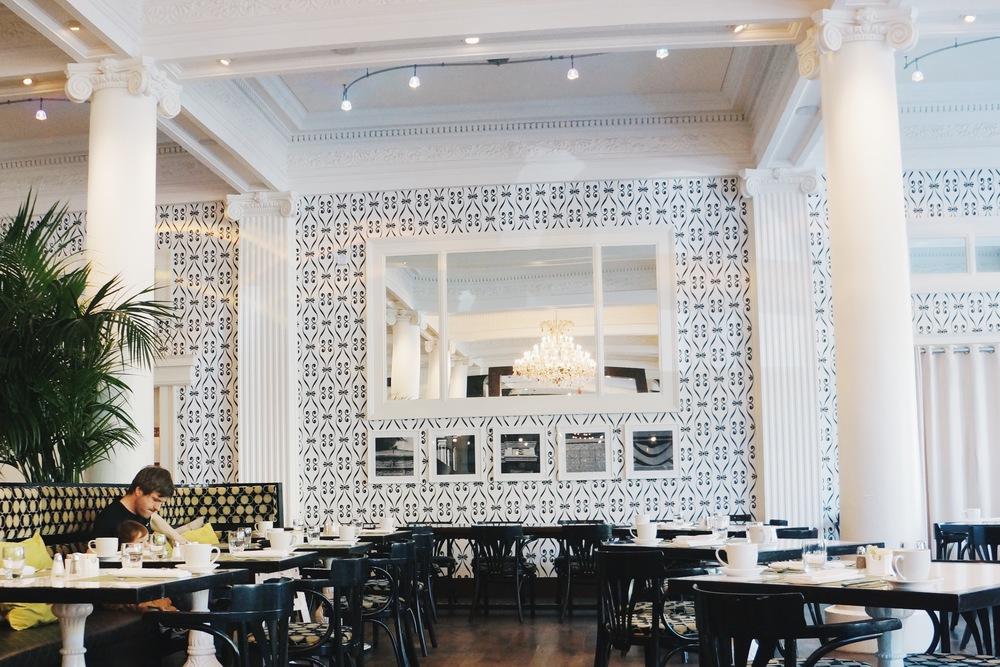 餐厅装修的风格清新,爸爸带宝宝吃早饭好有爱哦。