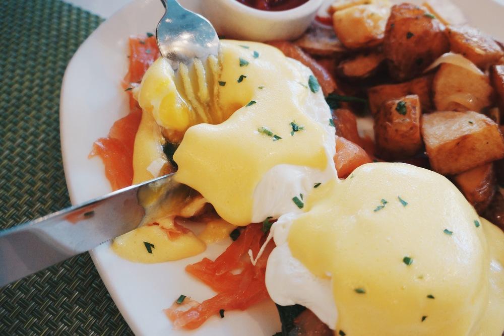 "Egg Benedict with Smoked Salmon。毛小姐的评价是:""食物本身不惊艳但是环境会加分。"""