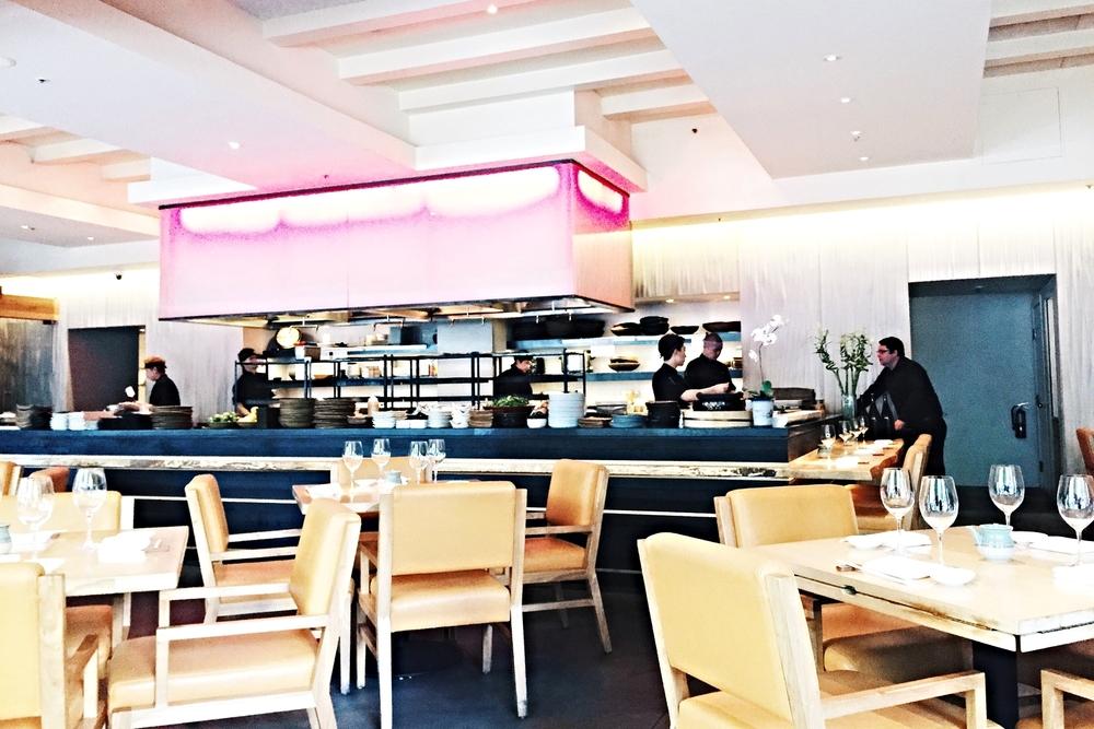 餐厅一共是两层,一楼是dining,装修风格结合了traditional Japanese和modern style,大大的落地窗特别明亮让人心情也很愉快,楼下则是bar,装修更加现代化,光线比较昏暗,是几个人小聚一块瞎逼逼的不错选择。