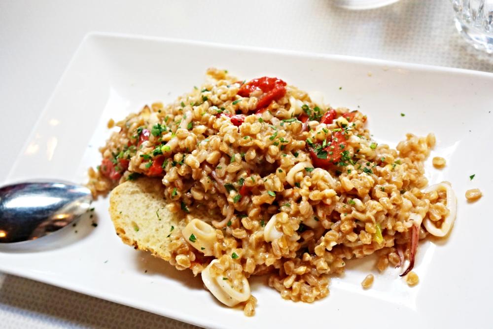 Farro & Calamari,这apetitizer都赶上entree的分量了。Farro是一种吃起来和薏仁很接近的谷物,你要是让我想想薏仁和鱿鱼那我肯定觉得很毁灭。不过好亏味道不错,幻想自己在吃risotto吧。