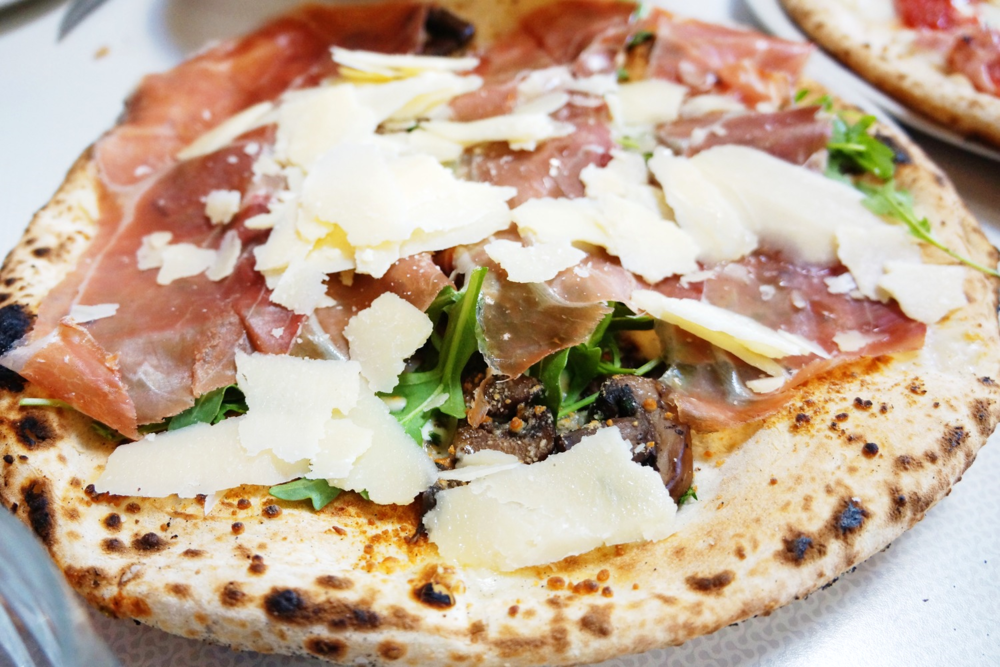 San Daniele $20 (Prosciutto San Daniele 24mo, cremini mushrooms, mozzarella, arugula, shaved Parmigiano, truffle oil)。Truffle oil的味道可真重,我喜欢处理蘑菇的厚度,非常juicy。