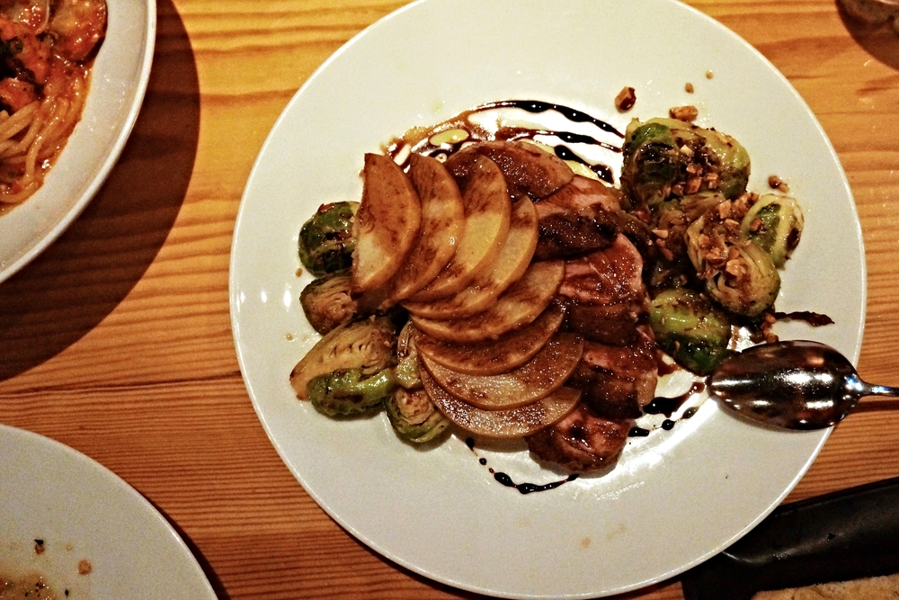Roasted muscovy duck breast with roasted brussel sprouts, almonds, apple pear & balsamic reduction$24 每一种原料都是分离的感觉,鸭肉又不够嫩,酱汁的醋味不够,不推荐。