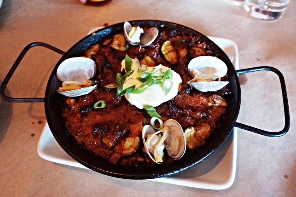 Paella del Dia: Bomba Rice, Chorizo, Clams, Sofrito and a Daily Meat $11/order. 这道Paella吃到底面有种石锅拌饭的错觉,归功于iron pan,只是paella的米总体来说都太散,吃米饭长大的我真心觉得没有嚼劲。