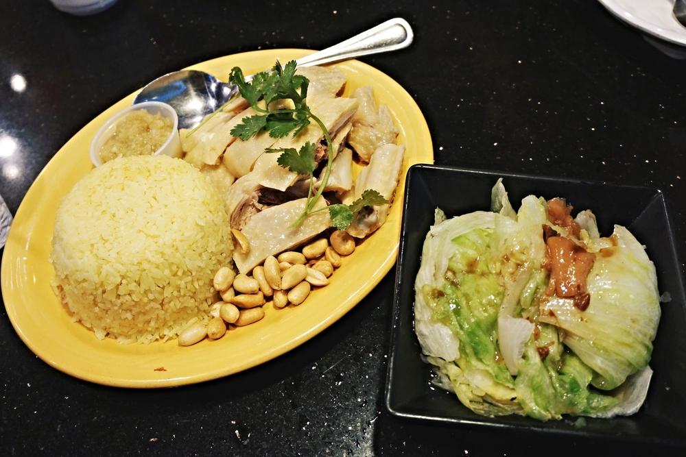 海南鸡饭配腩汁生菜 Hai-Nan Style Chicken Over Rice & Lettuce with Beef Brisket Sauce. 好赞!鸡肉好吃,而且还是配油饭。我最爱的就是腩汁生菜了,承认是我第一次吃腩汁生菜,完全停不下来。