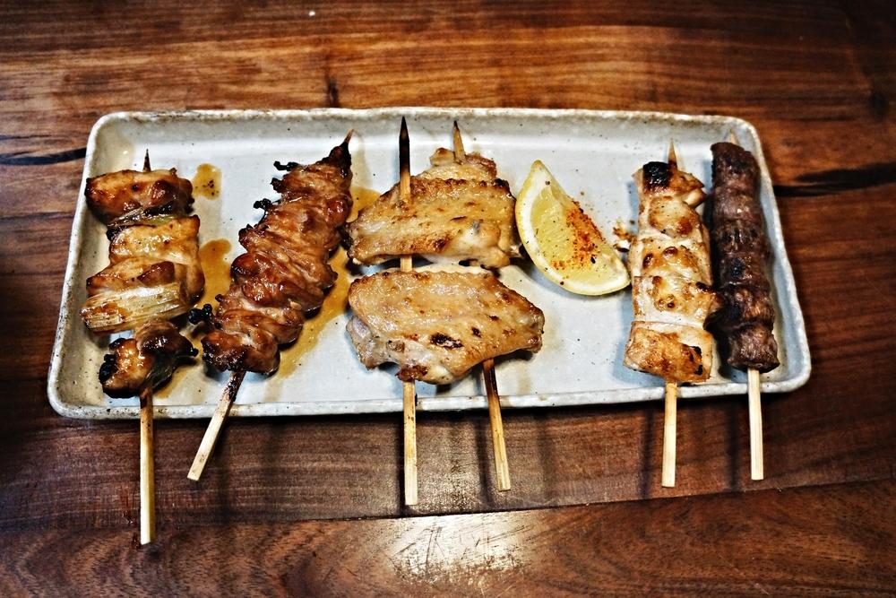 Skewers Combo(Chef's Choice) 从左到右应该是:鸡腿,鸡脖子,鸡翅,鸡胸和鸡胗。