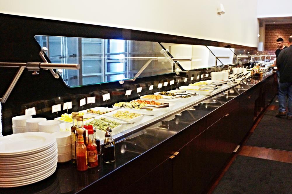 自助餐吧。水果呀,沙拉呀,小菜呀什么都有。还有salmon, prosciutto呢。不要嫌弃不够吃,等你吃了肉就已经撑到走不到这里了。