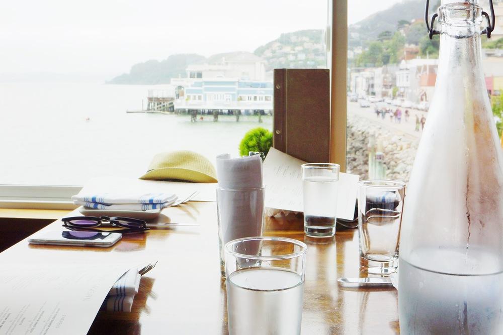 Table setting 我们选了窗户边上的位置,一直可以看到海边有不绝的游客。餐厅的环境很安静,服务生特别nice,和妈咪整整坐了2个小时。