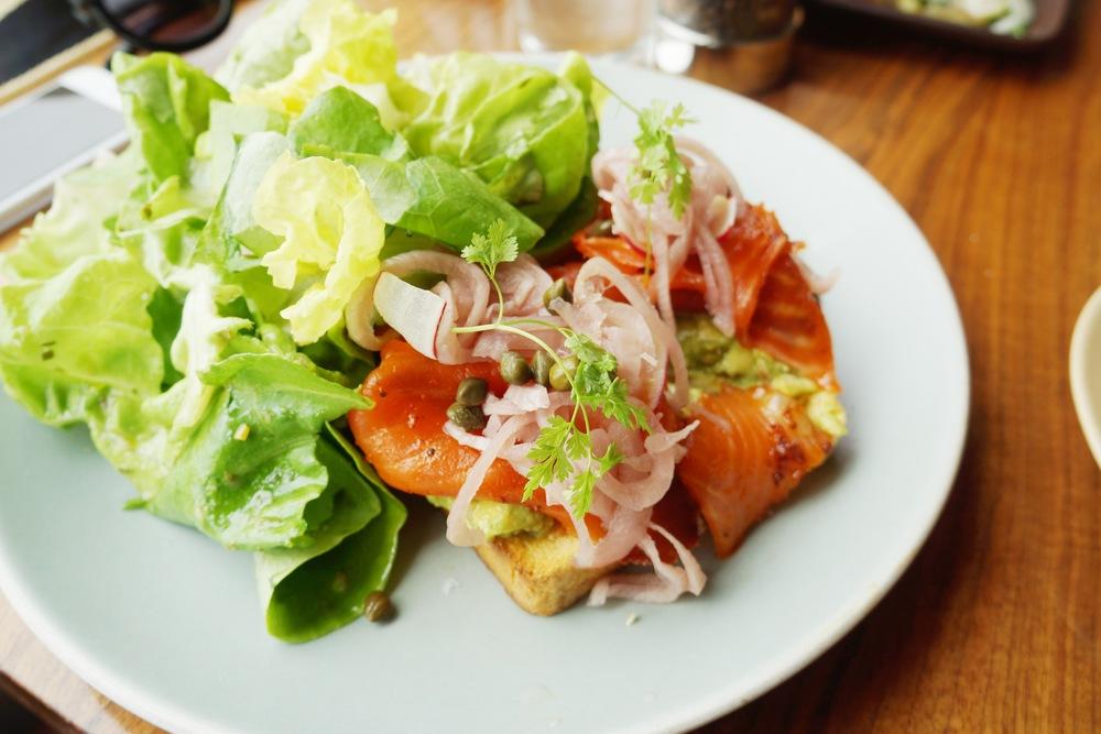 Salmon tartine 看得出餐厅特别用心,下面的toast太香了,我猜想这个黄色是沾了蛋液的效果。Salmon也是新鲜,和caper一起怎么样都好吃。本人最爱是旁边的butter lettuce salad,吃一般的lettuce salad吃的太没有新意了,还是这个butter lettuce rich的口感好。