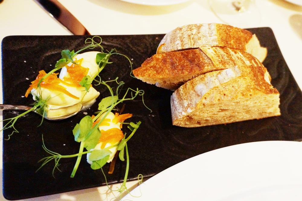 Complimentary bread. 这是我见过最fancy的免费面包了,才出炉的面包搭配橙皮味道的butter。