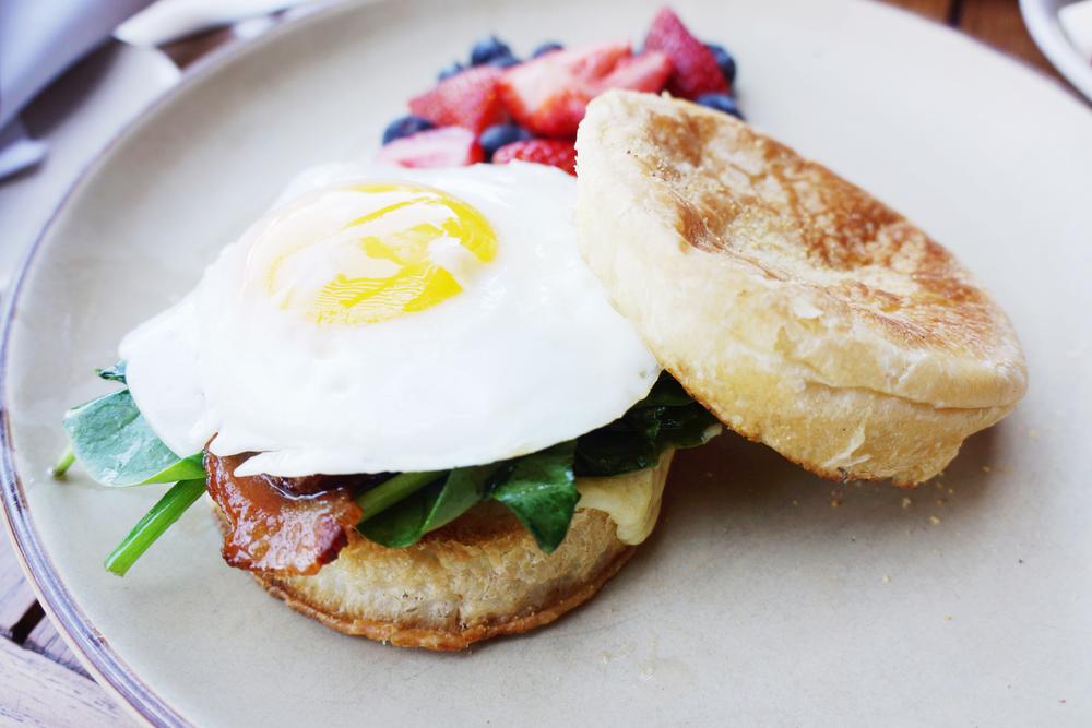 Lure+Till sandwich (Bacon, egg, spinach, cheddar, aioli, english muffin) $10 这是breakfast的经典搭配,怎么样都好吃。特别的地方还是面包,不能算成english muffin吧,该是可颂呀。