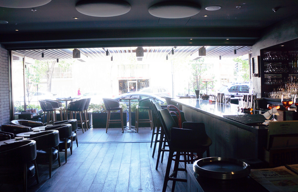 餐厅内景,有full bar