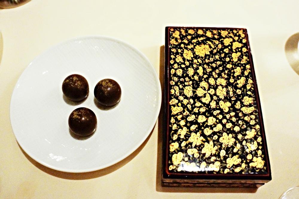 Complimentary chocolate 免费的巧克力也是差评,里面的lemon curd filling太腻啦,而且不知道是真的consistency没有调好还是故意追求那种爆浆的感觉,吃起来太尴尬了。右边是放bill的盒子。