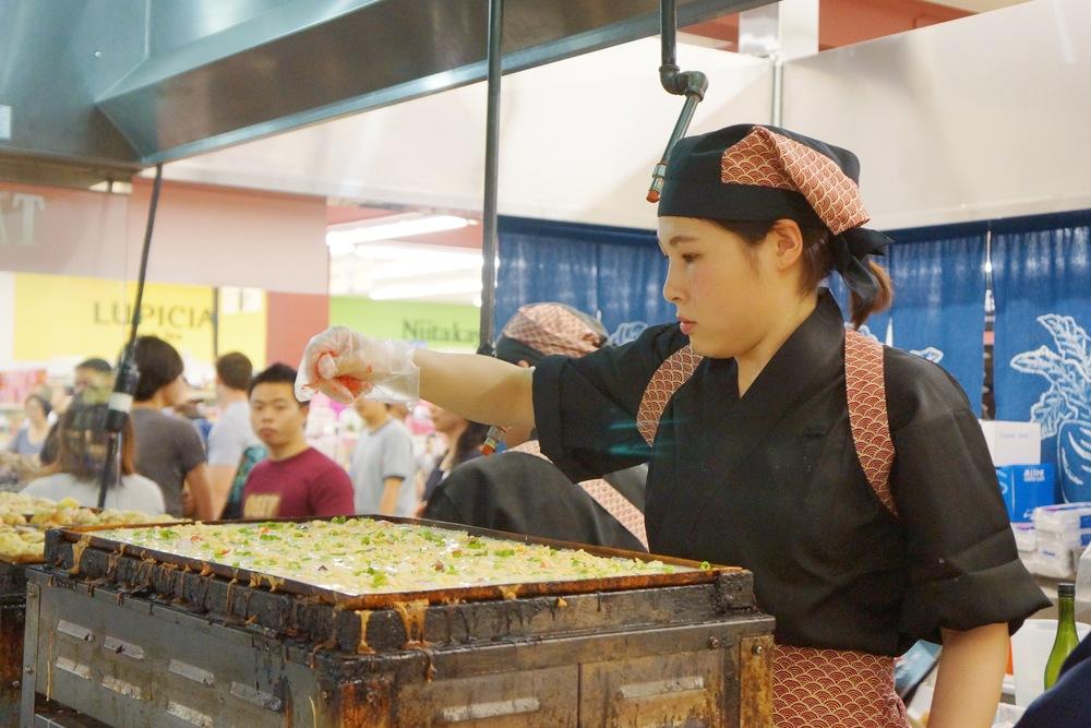 Tako-yaki 这个并不是一般吃到很固体的形状哦,而是软软的,觉得会用筷子戳破。口感还是不错的,没有太浓的酱汁,可能是更地道的口味吧。