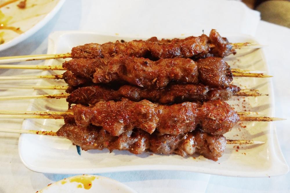 烤羊肉串。我觉得烤串口味来说,还是杨师傅的最好吃。不过这家实惠料足,加上不用杨师傅那样排队,会是想吃烤串的时候随时就去的地点。