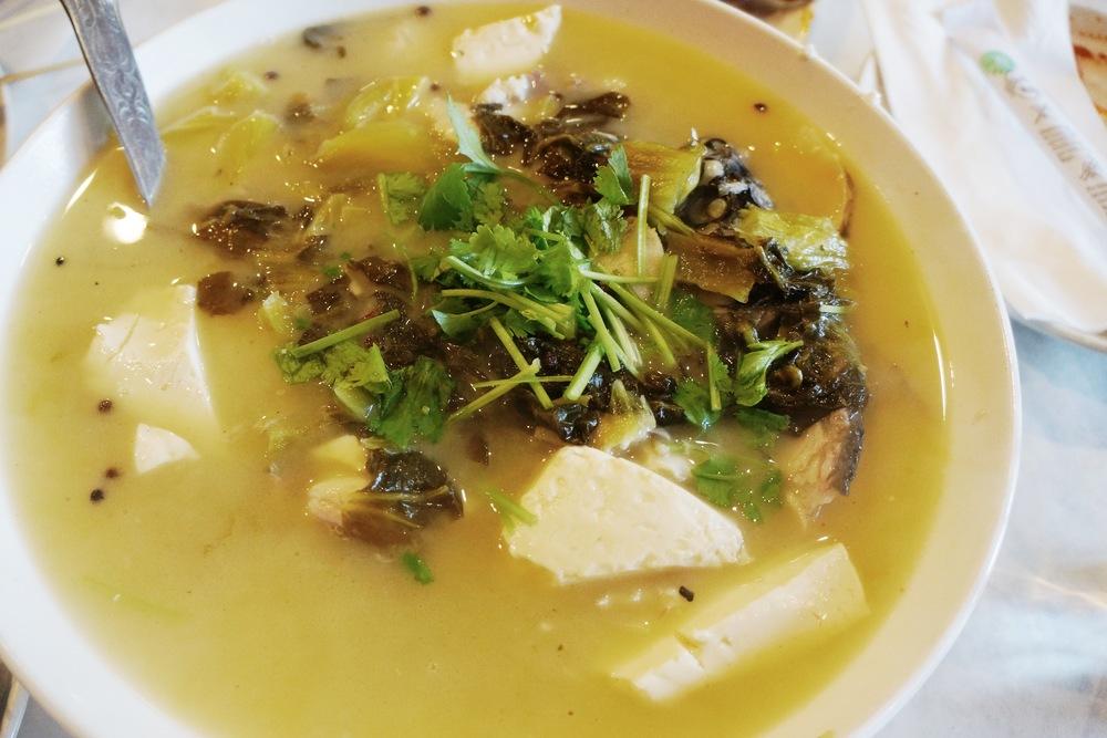 酸菜活鱼。当当当当,这就是我在这家最爱的一道!是因为怀念南京的酸菜鱼点了这个,味道完全不一样,可是一样吃的会上瘾,现在每个月必吃一次。活鱼的味道更新鲜,可是要在9点之前来才会有,而且如果怕有刺的朋友还是换成鱼片吧。剩下的鱼汤打包回家是很好的火锅汤底!