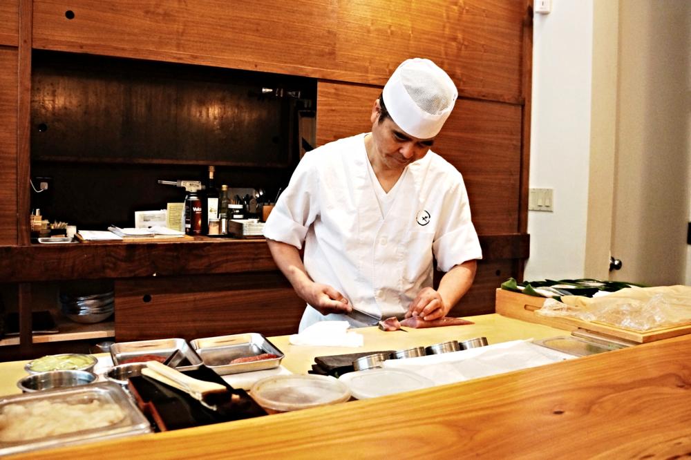 Serve我的chef。说实话,google上找不到这位chef的资料,Maruya不像是Kusakabe一样有一位特定的chef,我看了一下周围朋友之前来的照片,大家的chef都不一样,这样相比对consistency是很大的挑战呢。而且chef的英语实在不敢恭维,我们的交流只限制于寿司的名字,其他互相都听不懂。