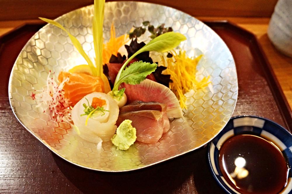 Sashimi: halibut, ocean trout, bluefin tuna and amberjack对这道我实在是翻了无数白眼。Sashimi本身我觉得根本配不上米其林的水平,habibut和ocean trout都切得无比大块,尤其是halibut那么长一个卷,为了不噎死只能逼人咬断,可是这样就违背了吃sashimi一口吃掉整块的philosophy呀。