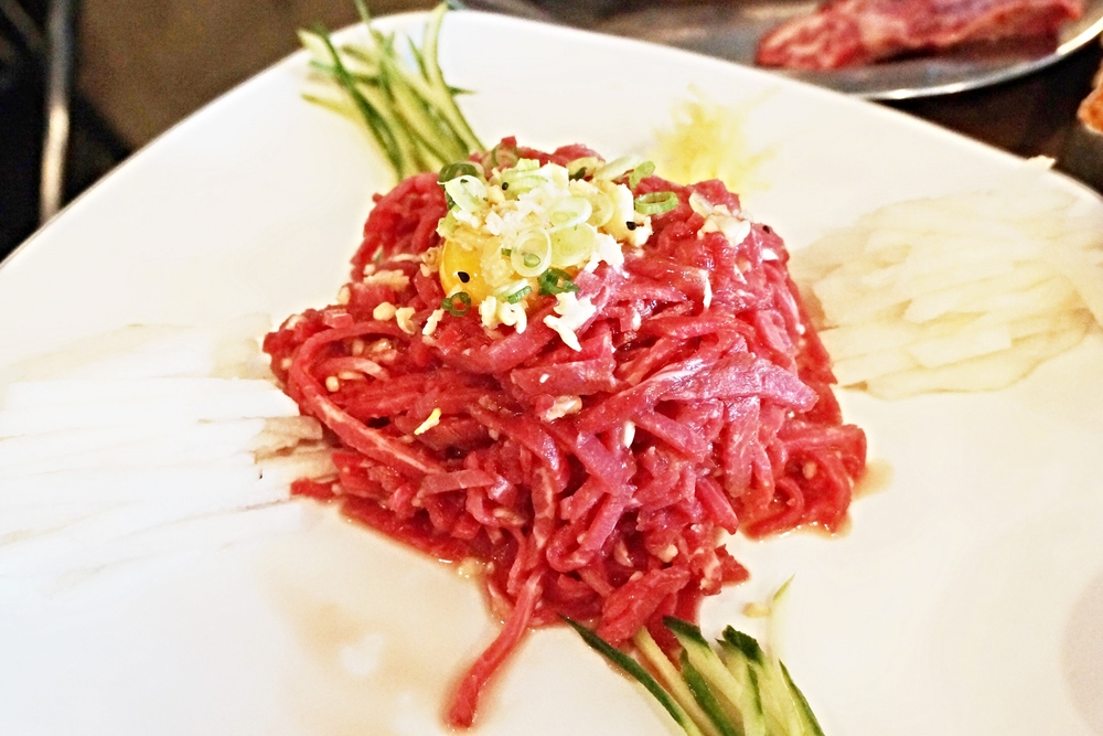 生牛肉!在他们家最爱吃的一套!一盘的分量相当大,从冰箱取出来肉还有一点冰,吃在嘴里脆脆的也不会觉得恶心。和蛋黄还有梨子搭在一起出乎意料居然会是下饭神器。