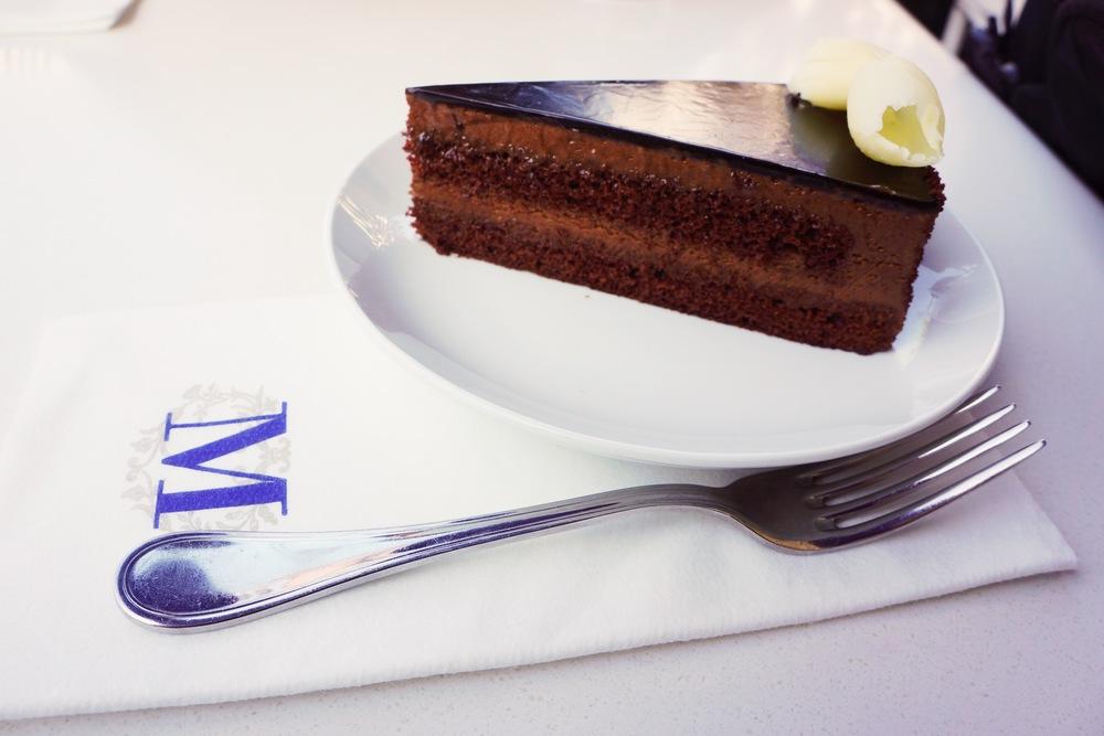 Lady M: 来LA要吃Lady M想必是很多人的routine。在中国人里人气爆棚,下午来的时候可能crepe cake都卖光了哦。http://www.ladym.com/