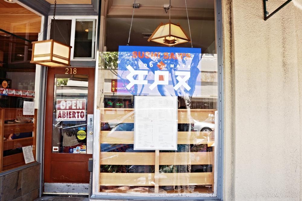 """不起眼的店面,很容易就走过了。蓝色那块""""江户又""""是什么意思呢?如果是餐厅日本名字,不如把Sushi Sam's放大两倍。"""