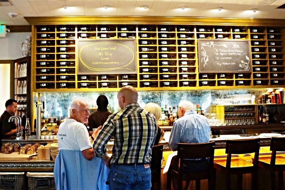Bar area 其实我更好奇吧台上一致的酒是什么牌子。左下角的地区就是waiter切面包的地方。