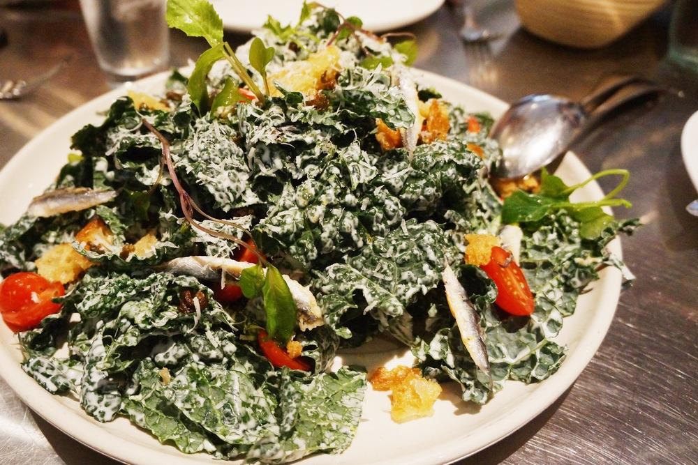 Kale Salad 其实当天我晚餐之前和朋友喝的已经有点tipsy了,见到食物自然是异常兴奋。平常kale这种极度健康但是苦苦的植物只能榨汁喝,今天配上caesar dressing,加上了toasted bread,小番茄和干鱼的搭配看出还是花了心思,加上喝了一点酒,也觉得比较能接受。