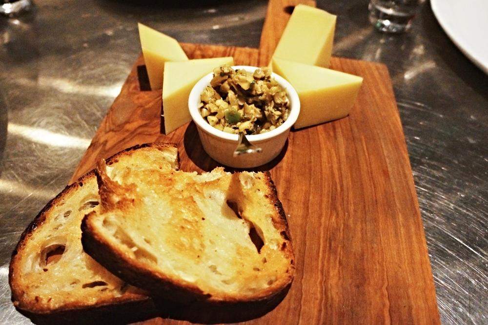 Comté cheese plate 我是吃不懂cheese的人,不过这道中间的炒橄榄很好吃