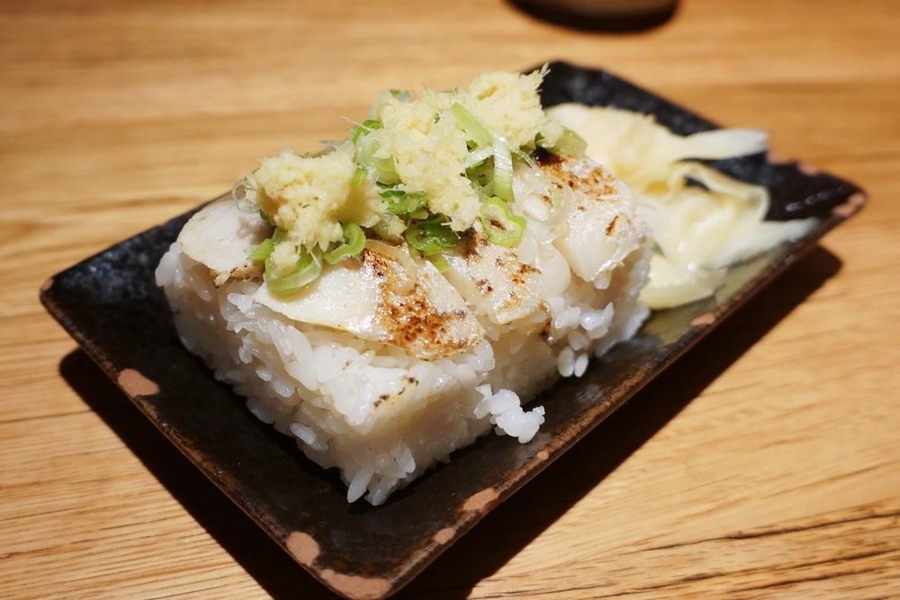 Mackerel Sushi 发现很多人不喜欢这种盒子压出来的寿司(Oshizushi), 说真的,这么一个一口吞不下。看似饭的比例过高,实际上米饭吃起来很糯,我第一次吃甚至怀疑加了糯米。和一般的saba nigiri不一样的口味,却是吃起来很有满足感。