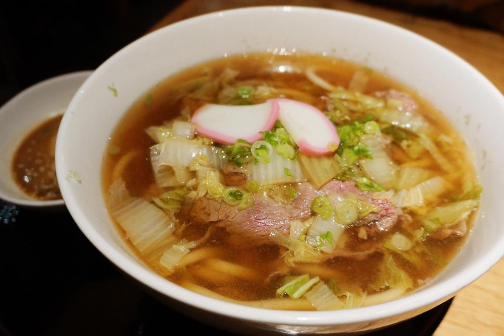 Kobe Shabu Shabu Udon 有些食客最牛肉要求太高,提议这个牛肉upgrade。但怎么我吃过2次这个乌冬牛肉嫩到不行呢!康熙来了要停了,我就必须用小S常用的激动地拍手转圈圈来形容这个牛肉。我不记得具体的价格,大概13刀左右,肉的份量这个价格很划算。另外还有一份shabu shabu蘸酱。