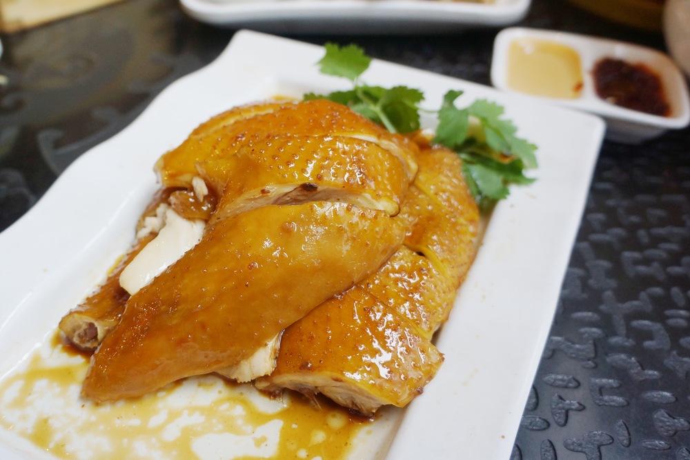Soy Sauce Chicken 酱油鸡: 看广东餐厅的水平如何,看经典的几道菜都可以了,酱油鸡觉得是其中一道。他们家的酱油鸡简直是我在美国吃过最佳,并不是单纯酱油味道,服务员说的拿了十几种药材泡制的味道都很明显。广东朋友更是觉得在广州本地都算是中等偏上水平了。