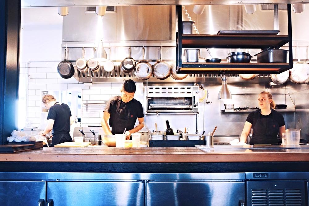 餐厅的开放式厨房,精致小巧,所有的食客都可见。非常有家的味道。整个晚餐的时间,我就看着背后这小哥揉了一晚上面团。