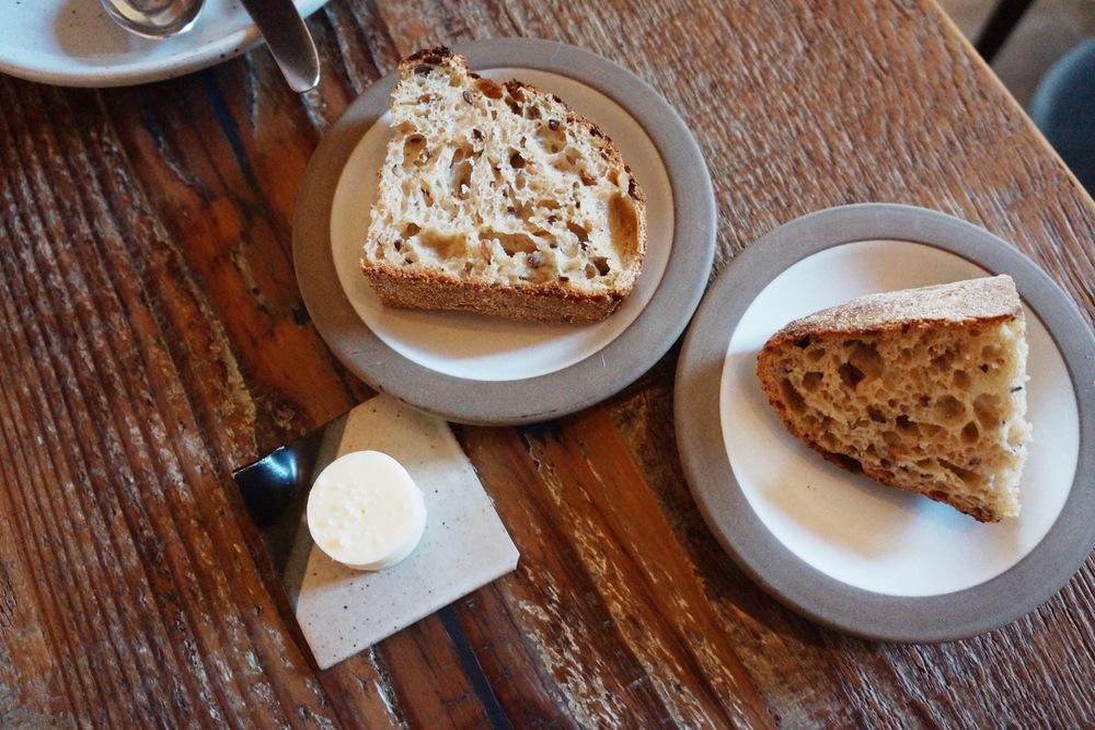 Octavia的餐厅面包是亮点。我想应该就是身后小鲜肉揉了一晚上的面团吧?有位服务生全场每当有面包现烤出来的时候就每桌问一下需不需要,吃起来像是asian bakery里五谷面包的味道,面团发的刚刚好咯,里面瓜子等我叫不上来的五谷好多,吃着carb心理还是确实很安慰。