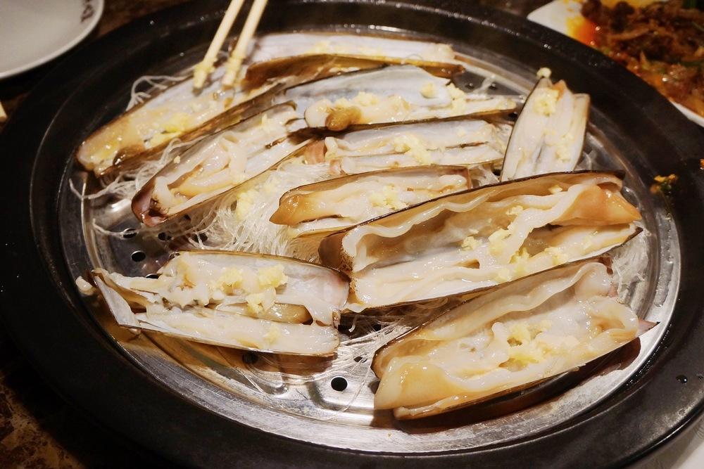 Long Clam 蛏子 :每桌必点,按份量卖,够大够新鲜。扇贝类的都是放粉丝的方法蒸着吃,相比小伙伴们小时候和爸妈去饭店吃饭都爱吃扇贝粉丝吧?