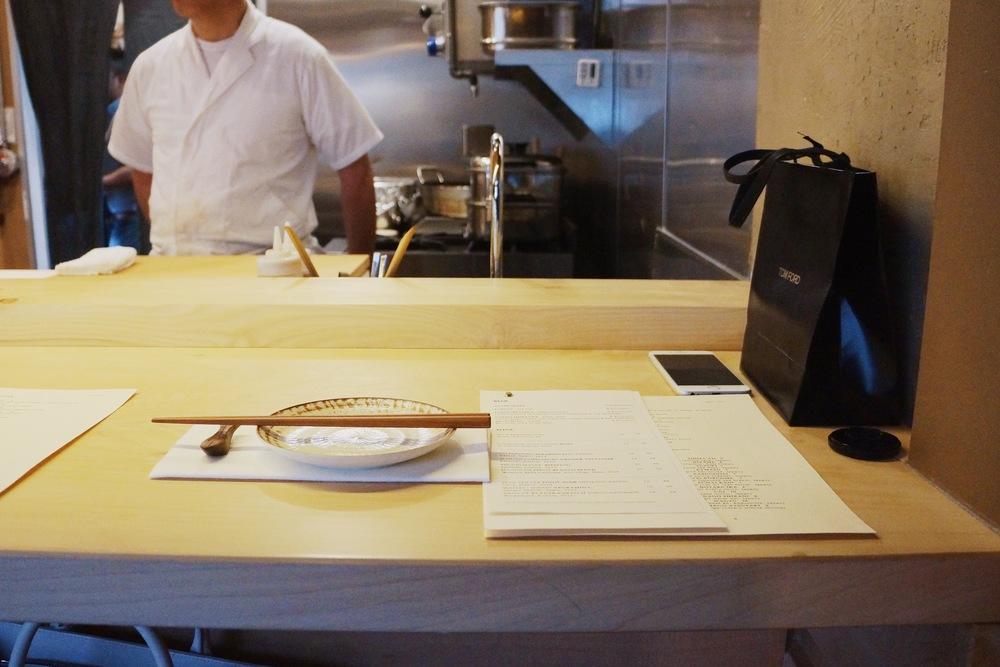 Sushi Bar Setting。餐厅一共可容纳17位食客,10个普通座位,7个sushi bar座位。Sushi Bar是日本扁柏木设计,只接受reservation。