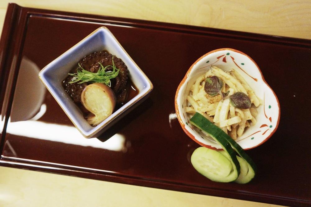 小章鱼和鱼豆腐。小章鱼是简单和Ankimo类似的腌料,鱼豆腐则是拌上了满满的芝麻酱,很赞!