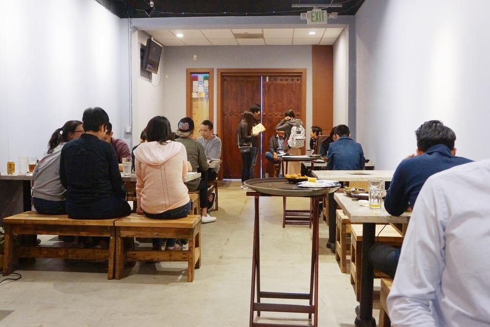 餐厅环境一览。餐厅的中文名字叫做千王府,装修也是古代的风格。店门是霸气的大木门,还是挺有特色的。