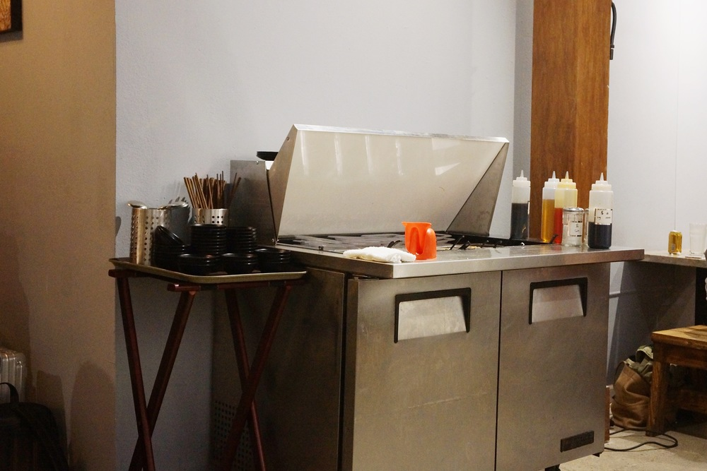 自助调味料吧台,有常见的蒜蓉,香油,香菜,酱油,辣酱等。