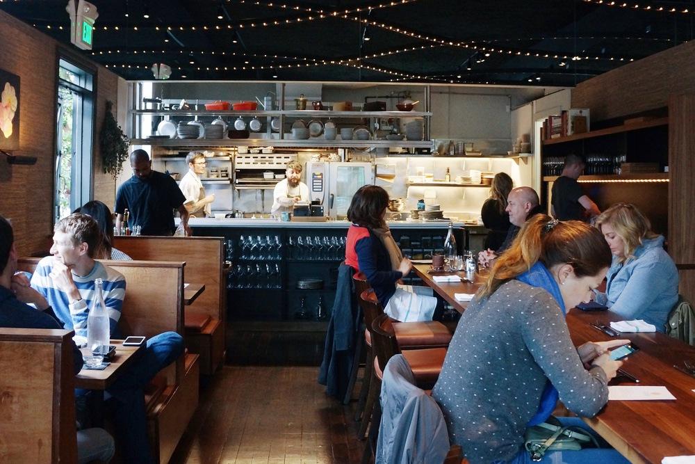 餐厅中间是大长桌,空间本来不大,利用率很高,也很cozy。最顶头就看到Chef Brett在做菜