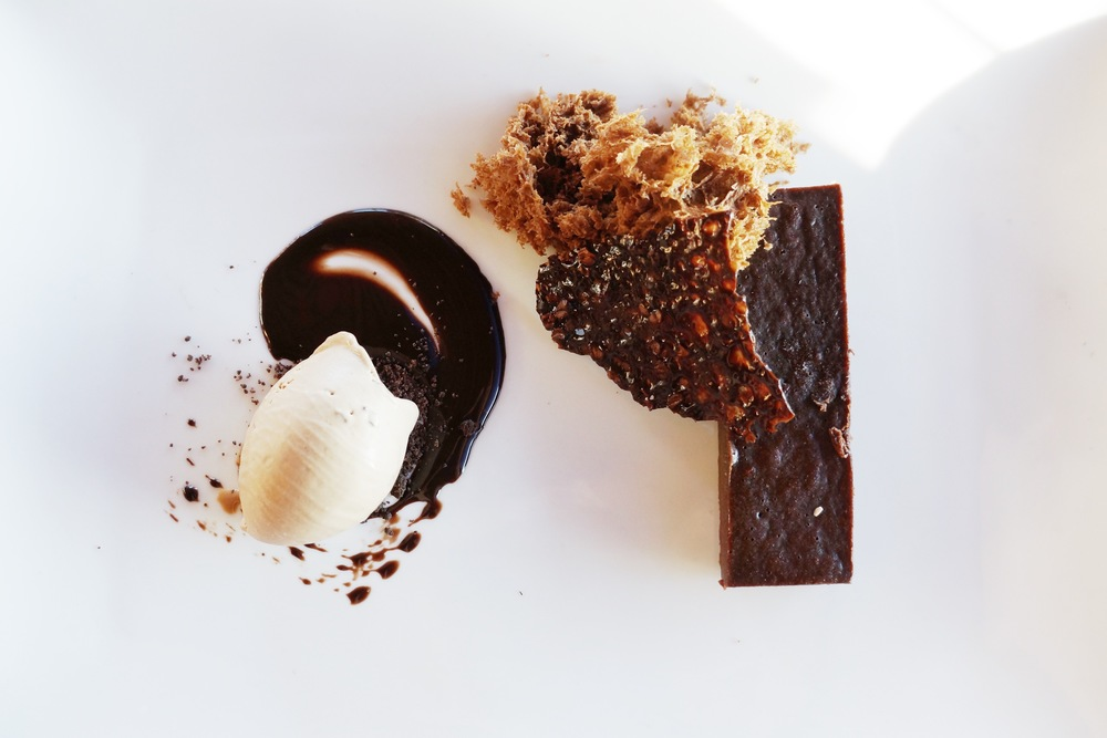 Bocca Negra (chocolate sponge cake, milk chocolate ice cream, coco nib tuile) 啊什么味道我已经忘了,对巧克力无感