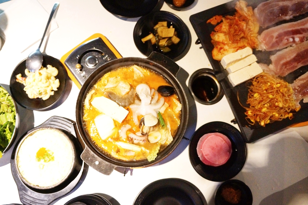 套餐包括:8份不同口味烤肉,海鲜汤,炒饭,蔬菜沙拉和小菜。蒸蛋2块钱一份哦。