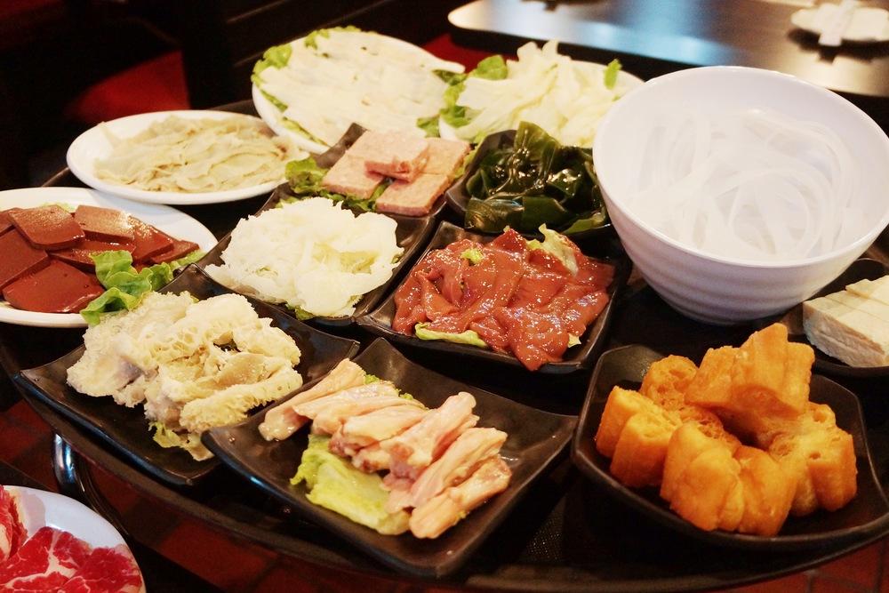 九鼎的配菜很多种,更是满足内脏爱好者的需求,鸭舌,腰子,鸭掌,黄喉等等一大堆,都非常新鲜!