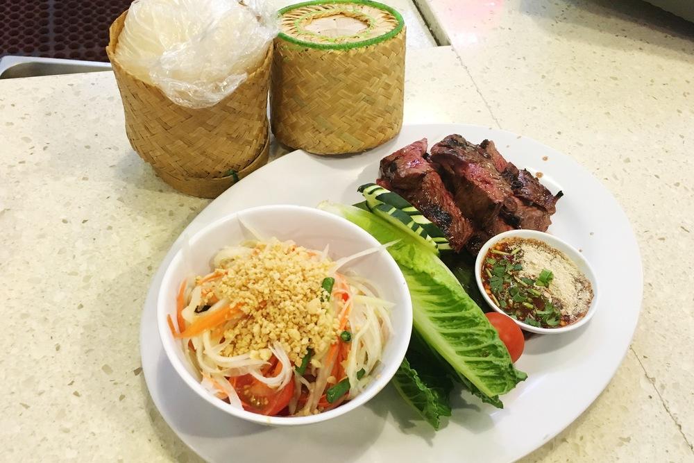 在竹篮里蒸的sticky rice配牛肉