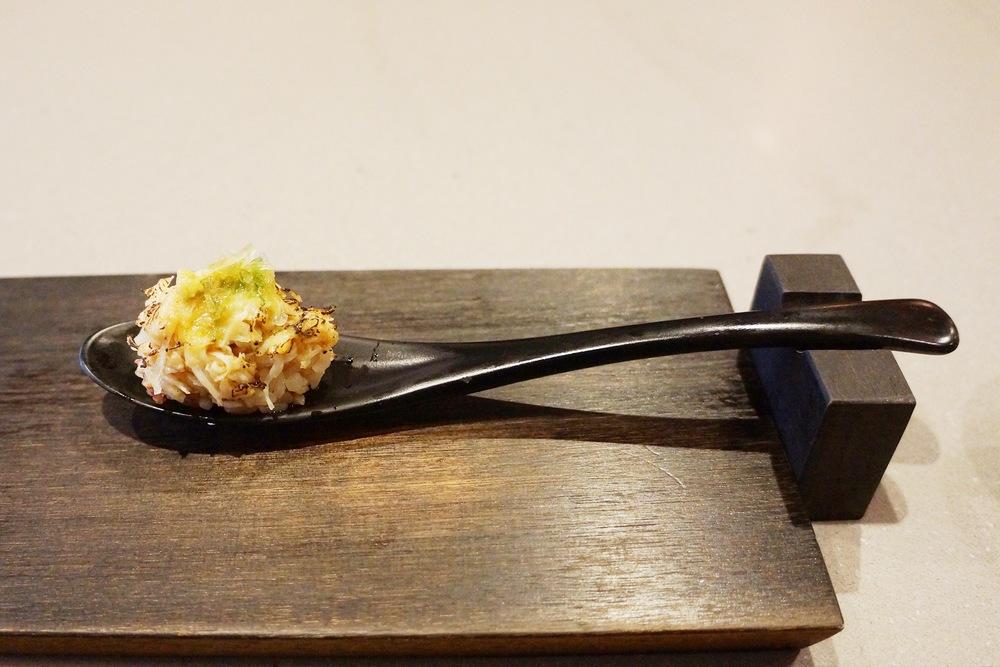 "Zuwagani(snow crab)---serve的时候上面融了黄油,吃起来很香。但是我想吐槽的是,chef非要拿个螃蟹的头摆在我们面前说,""这就是它哦,今早还是活的。""我不禁黑人脸,非要让我觉得自己作了孽么?"