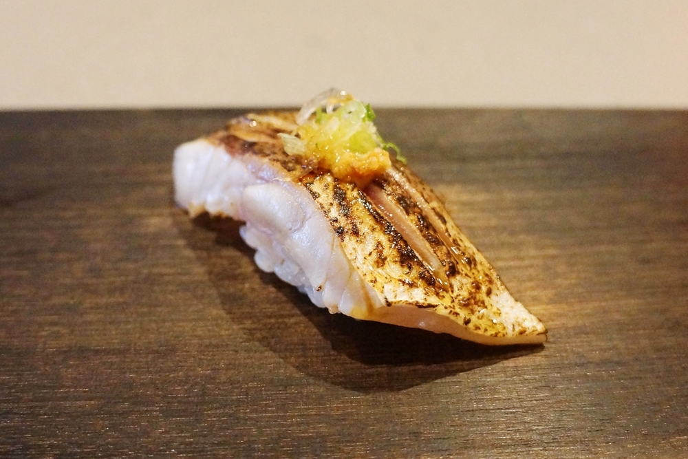 Kamasu---这个绝对是肉食主义者的最爱,一般吃别的料理的非肉不可者,对于大多数nigiri都是一副很冷漠的表情,这个烤过之后让他们又找到了家的方向